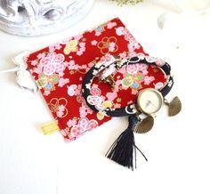 Montre en tissu japonais noir bracelet double-tour, cadran vintage,pompon et sa pochette en tissu japonais. : Montre par mes-tites-lilis