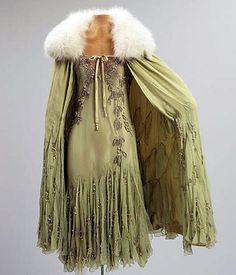 Vintage Fashion 1927 Evening ensemble by Madame Francis. Marjorie Merriweather Post wore this to the coming-out ball for her daughter Eleanor. Via Hillwood Museum. Art Deco Fashion, Retro Fashion, Vintage Fashion, Fashion Design, 1920s Fashion Women, Fashion 2018, Womens Fashion, Floral Vintage, Look Vintage