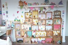 Dans un petit village : Les maisons ! Like this idea,instead of making a whole doll house just buy wooden boxes and place them on top of each other Ideas for Storing Sylvanian Families Felicia not too big and not too low off the ground with fairy doors RO Diy For Kids, Crafts For Kids, Calico Critters Families, Diy Dollhouse, Girl Room, Kids Playing, Kids Bedroom, Playroom, Diy And Crafts