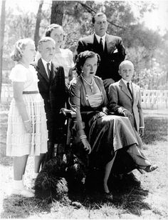 hrabina i hrabia Barcelony - Maria de las Mercedes i don Juan z dziećmi [od lewej: Margarita, Juan Carlos, Pilar, Alfonso]