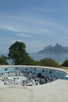 Pista de skate (skateboarding bowl) no Arpoador, Rio de Janeiro, Brasil.