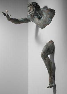 Matteo Pugliese é um talentoso escultor italiano que constroi belos corpos aprisionados em paredes. O efeito é espetacular.