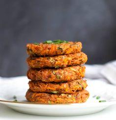 Kohlrabi Karotten Puffer - vegan und glutenfrei Vegan Vegetarian, Vegan Easy, Vegetarian Recipes, Delicious Vegan Recipes, Raw Food Recipes, Veggie Recipes, Healthy Recipes, Kohlrabi Recipes, Vegan Kitchen