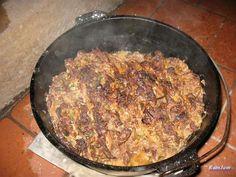 Rinderschichtfleisch im Dutch Oven nach Rouladenart mit schmatzigem Apfelrotkohl als Beilage