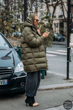 Photo via: Style Du Monde Warm up any outfit this winter with a chic puffer coat that you can wear daily when the temperature drops. We love this Paris street style look from influencer, Roberta Bente Street Style Trends, Look Street Style, Look Fashion, Trendy Fashion, Winter Fashion, Fashion Trends, Fashion Lookbook, Japan Fashion, India Fashion