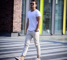 How to Wear Beige Chinos looks) Beige Chinos, Mode Man, Moda Outfits, Style Masculin, Fashion Looks, Fashion Photo, Herren Outfit, Elegantes Outfit, Men Street