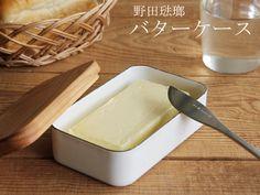 LAMY イメージ1943年創業の信頼ある琺瑯メーカー「野田琺瑯(のだほうろう)」から、素朴で優しいデザインのバターケースが登場しました。 こちらのバターケースは、固形バターがすっぽり入る形に作られています。臭い移りがない冷却性の高い琺瑯の本体に、桜をくり抜いたフタを組み合わせたデザインは、食卓を優しい雰囲気に演出してくれます。 また、このバターケースには、使いやすさを考えた工夫があります。フタをしたままケースをひっくり返すと中でバターが落ちるので、フタに乗せて使うことが出来ます。また、桜の木のフタはバターのトレーとして使うことでどんどん艶を増し、色合いの変化を楽しむことが出来ます。バターケースのサイズは、一般的なバターの大きさとされる200gと450gの2種類。毎日の生活で使う量に合わせてお選び下さい。 桜の木と琺瑯の組み合わせが魅力の野田琺瑯バターケースは、 朝食の香ばしいパンと一緒に、食卓に温かな空気を運んでくれるアイテムです。