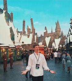 same reaction if i ever go to the wizarding world Matt King, Vlog Squad, Harry Potter World, Youtubers, Celebrities, Celebs, Wall Decor, David, Mood
