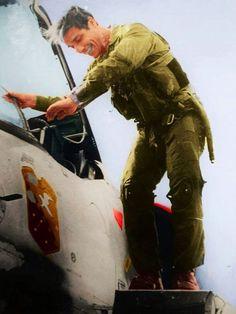Doce bombas y el último Exocet: el ataque al Invencible, el buque insignia de la flota británica en Malvinas - Infobae Motorcycle Jacket, Mayo, Fictional Characters, War, Aircraft Carrier, Fighter Jets, Air Force, Badges, Bombshells
