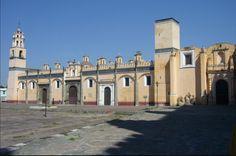 El convento Franciscano de San Gabriel se encuentra ubicado en el centro de San Pedro de cholula, mientras que la capilla de naturales se encuentra a un costado.