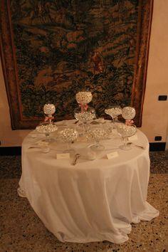Dedichiamo alla confettata un tavolo speciale allestito appositamente per dare spazio a confetti di ogni tipologia.  Sala Rosa - Palazzo della Meridiana