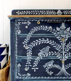 Sara from Surrey Lane Home painted this sweet chest of drawers with Chalk Paint® furniture paint by Annie Sloan in Oxford Navy, an inky, traditional navy blue. She added a free hand folk art design wi Painted Cupboards, Painted Drawers, Painted Chest, Painted Doors, Floral Furniture, Funky Furniture, Art Furniture, Furniture Makeover, Gothic Furniture