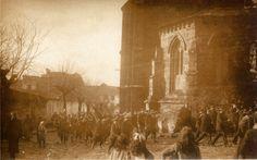 Desfile dos Exploradores de España por diante da cabeceira da igrexa do Convento de San Francisco, Lugo. Do 16 ao 23 de xullo de 1914. Xelatina de prata ao clorobromuro. 9 x 14 cm.