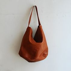 love this bag shape Leather Bags Handmade, Leather Craft, How To Make Clothes, Old T Shirts, Pouches, Beautiful Things, Thrifting, Purses And Bags, Backpacks
