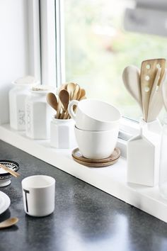 White and wood kitchen accessories Ceramic Tableware, Kitchenware, Kitchen Dining, Kitchen Decor, Kitchen Stuff, Bowls, Cocinas Kitchen, White Wood, Black White