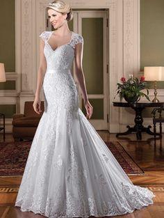 Vestido de noiva sereia, decote princesa, tule com barrado e aplicações de renda fio de seda bordados com vidrilhos e paetês, transparência branca. Cinto com laço fixo.
