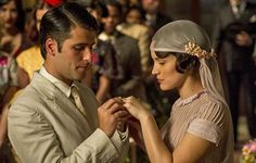 The next telenovela from Globo will start on September and the plot will take place during the '30s and '40s. The protagonists, played by actors Bruno Gagliasso and Bianca Bin, will marry in the first few chapters. The bride's look is typical of the decade, but even today inspires many brides to bepassionate about vintage. The charming veil covers her head, with delicate flowers.