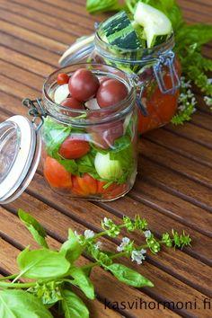 Tomaatin säilöminen purkeissa - Kasvihormoni   Lily.fi Baking, Vegetables, Food, Lily, Bakken, Essen, Vegetable Recipes, Orchids, Meals