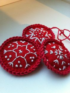 Sada vánočních koleček Tři vyšívaná vánoční kolečka. Lehounce vycpaná mikrovláknem. Průměr cca 6 cm Moc jim to sluší jen tak někde na klice, komodě, vetvičce ve váze nebo třeba na hřebíčku na zdi. No a kolečkový vánoční stromek by byl krásný:)