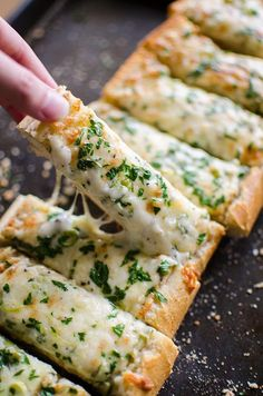 Herbed Cheesy Garlic Bread is part of Healthy pizza Toppings Low Calories - Cheesy herbed garlic bread is the perfect appetizer for a crowd, with mozzarella, cheddar, green onions, garlic and parsley Ingredien Appetizer Recipes, Snack Recipes, Dinner Recipes, Cooking Recipes, Bread Appetizers, Club Sandwich Recipes, Appetizers For A Crowd, Soup Recipes, Indian Food Recipes