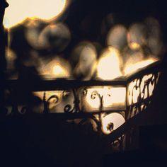 Ez egy ház lépcsőjének az árnyéka, amely mögött egy fa volt. Remélem tetszik :)