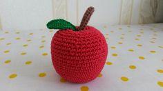 Jablko Háčkované ovoce - jablko (výška 7 cm). Napříkladpro malé pomocnice maminek v kuchyni. Může sloužit jakopomůcka k učení barev, cvičení jemné motoriky,počítání, rozpoznávání druhů ovoce atd. Uvedená cena je za 1 kus. Na požádání udělámoko pro zavěšení. Děkuji, že nekopírujete mé nápady:)