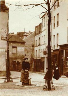 Corvée d'eau, place du Tertre  Photos Charles Augustin Lhermitte (1881-1945)  (C) RMN-Grand Palais (musée d'Orsay) / Hervé Lewandowski
