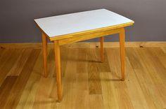 Table Design Vintage Rétro Bois Blond & Formica Année 1960 Elle possède 2 allonges qui se replient sous le plateau. La table este en très bon état. Dimensions: Longueur totale avec ses 2 allonges 132 cm / Longueur 92 cm / Hauteur 77 cm / Largeur 62 cm. Référence:A1895BIS