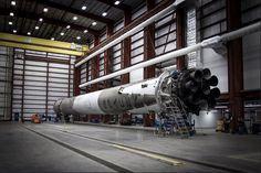 Este es el Falcon 9 recuperado tras su aterrizaje en perfecto estado en su hangar (SpaceX, 2015)