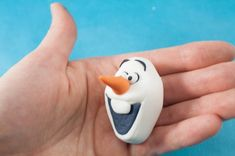 Fondant Olaf from Frozen! I absolutely love the little snowman Olaf from Disneys Frozen, so I had to try to make him in fondant! Olaf Frozen, Frozen Disney, Fondant Figures Tutorial, Cake Tutorial, Cake Decorating Techniques, Cake Decorating Tutorials, Fondant Cakes, Cupcake Cakes, Torte Frozen