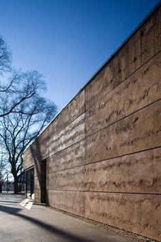 A panel measuring more than 3m and reflecting layers of earth was specially developed for this visitor center