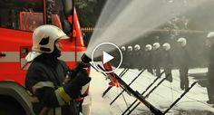 Polícias Levam Banho De Espuma Durante Protesto De Bombeiros