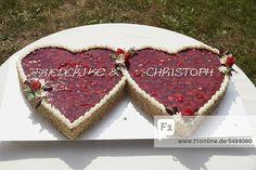 Hochzeitstorte in Form von zwei Herzen, mit Erdbeeren