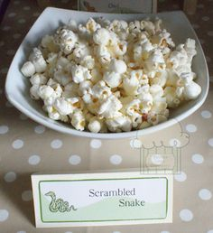 Gruffalo party food - scrambled snake - popcorn 1st Birthday Cakes, Fairy Birthday Party, 3rd Birthday Parties, Birthday Ideas, Jungle Party Snacks, Safari Party Foods, Gruffalo Party, Snake Party, Vegas Party