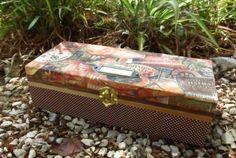 Caixa de madeira, forrada a tecido com motivo de viagens, com moldura para escrita. Dimensões: a disponibilizar em breve.