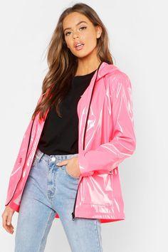Festival-Mac in Lackoptik Pink Raincoat, Girls Raincoat, Raincoat Jacket, Hooded Raincoat, Plastic Raincoat, Vinyl Clothing, Rainy Day Fashion, Pastel Goth Fashion, Outfits