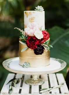 Beautiful autumn wedding cake with gold details #autumnweddingcake #goldweddingcake #twotieredweddingcake #burgundy #gold