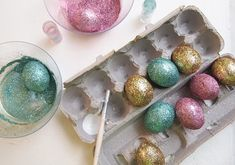 Think outside the Carton with these Easter Egg Dying Ideas on Frugal Coupon Living - Shaving Cream, Crayons, Chalk, Foil and more ideas to explore for you Easter Craft Ideas. Easter Egg Dye, Easter Egg Crafts, Easter Dyi, Diy Osterschmuck, Easy Diy, Cute Diy Room Decor, Diy Ostern, Diy Easter Decorations, Egg Decorating