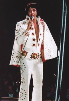 Elvis on stage in Minneapolis in november 5 Elvis Presley Concerts, Elvis Presley Family, Elvis In Concert, Elvis Presley Photos, Priscilla Presley, Elvis Aloha From Hawaii, Graceland Elvis, Classic Rock And Roll, Best Dressed Man