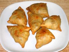 Thanks for the really nice request. So you want to make hot samosas that are spicy and crispy. I will tell you the recipe and the exact way, as there is never any wrong time to prepare and eat samosas at home. Indian Appetizers, Indian Snacks, Indian Food Recipes, Vegetarian Recipes, Cooking Recipes, Cooking Videos, African Recipes, Kitchen Recipes, Beef Recipes