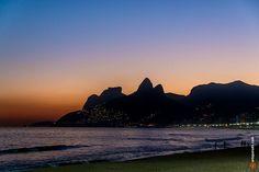 Praia de Ipanema com Pedra da Gávea e Morro Dois Irmãos ao fundo - Rio de Janeiro, Brasil. www.arteparada.com www.facebook.com/arteparada  #ipanema #riodejaneiro #twilight #sunset #summer #pedradagavea #doisirmaos #rj #nature #beach #backlight #landscape — em Brasil.