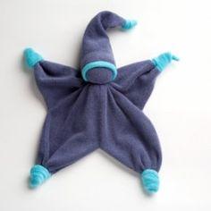Bambola di Stoffa - Sisco A forma di stellina, con nodini di stoffa alle estremità, confezionata a mano con materiali di alta qualità. La bambola è realizzata in spugnetta di cotone morbidissmo, colorato con sostanze atossiche. La testa è imbottita con pura lana di pecora. Ideale da accostare ai neonati.