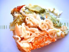 Zapiekanka z makaronem, rybą i brokułem pod beszamelem.