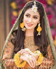 Ayeza Khan is constantly keeping herself busy, she loves doing photo shoots and is equally passionate about her acting career. Ayeza Khan has the perfect featur Pakistani Bridal Jewelry, Bridal Mehndi Dresses, Pakistani Wedding Outfits, Pakistani Mehndi, Nikkah Dress, Bengali Wedding, Pakistani Suits, Pakistani Dresses, Indian Jewelry