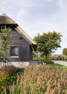 Potdeksel l riet l boerderij Cabin Chic, Country House Design, Modern Farmhouse Plans, Thatched Roof, Cottage Homes, Cladding, Country Life, Beautiful Homes, Garden Design