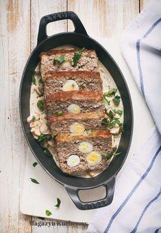 Pieczeń rzymska z jajkami przepiórczymi i sosem pieczarkowym. Klops z mielonej wieprzowiny i wołowiny, nadziewany ugotowanymi jajkami przepiórczymi.