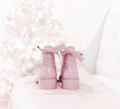 Sweater weather, feminine sweaters, feminine winter style, feminine wardrobe, tree decorating, holiday style, snow boots, pink rain boots