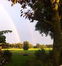 Dubbele regenboog tegen de avond.