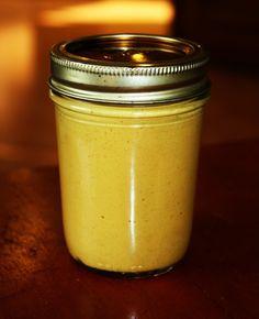 C'est si simple de faireune belle et savoureusemoutarde maison, donc pourquoi l'acheter toute faite ?La recette qui suit est inspirée de celle de Crudessence (page 162) mais avec quelques modifications. Pour un pot de moutarde: (conservation : 6 mois au frigo) 1/4 de tasse de graines de moutarde jaune 1/2 tasse de vinaigre de cidre …