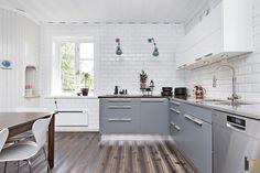 Det stilrena köket är från Ballingslöv med snygga gråblå luckor som matchas med vitt kakel och bänkskiva i ek och rostfritt. Matcha, Kitchen Cabinets, Furniture, Home Decor, Decoration Home, Room Decor, Kitchen Cupboards, Home Furniture
